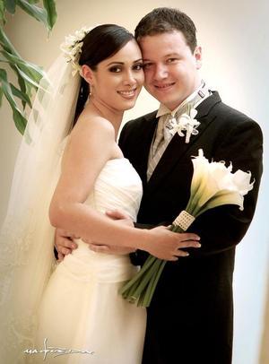 Sr. Gilberto Oviedo Pastrana y Srita. Katia Valenzuela Guerrero recibieron la bendición nupcial el sábado 28 de mayo de 2005.   <p> <i>Estudio fotográfico: Maqueda</i>