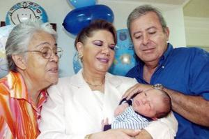 Carmen García de Sabag, Enriqueta Murra de Bonilla y José Alfonso Bonilla Pedroza contemplan a su nietecito José Alfonso Bonilla Sabag.