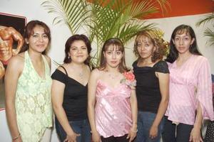 Gisela Castañeda Morillón acompañada por un grupo de amigas, en la despedida de soltera que le ofrecieron por su futura boda con René Román Limón.