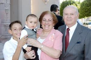 Gurmesindo López y María Guadalupe del Río de López, con sus nietos José Ignacio López Peña y Luis Eduardo López Diz.