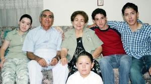 Julio González Rubio y Herlinda Barrios de González, reunidos con sus nietos celebrando el Día del Abuelo.