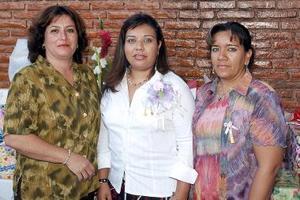 Cecilia Morales de Mendoza y Juanita de Uribe le organizaron una despedida de soltera a Cecilia Mendoza Morales, por su próxima boda.