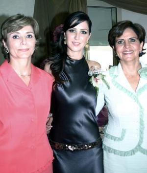 Begoña con su mamá, Chelis Quiñones de Zarragoicochea y su suegra, Velia Jaidar de Martínez.
