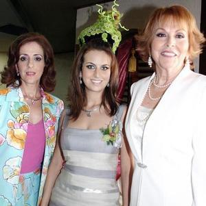 Sofía Zarzar Handal junto a las anfitrionas, Linda Handal de Zarzar y Nancy González de Kuri.