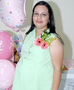 Margarita Gutiérrez de Pineda, captada en la fiesta de regalos para el bebé que espera que le organizó María del Rosario Hernández de Gutiérrez.
