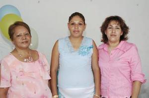 Angélica Muñoz de Martínez, acompañada por las anfitrionas de la fiesta de canastilla que le prepararon con motivo del cercano nacimiento de su tercer bebé.