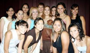 Angelina Gutiérrez Esparza estuvo acompañada por sus amigos y familiares, en su primera fiesta pre nupcial.