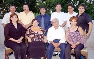 Cruz castro Carreón y Socorro de Castro festejaron 49 años de casados acompañados de sus hijos y nietos, quienes los felicitaron por tan grato acontecimiento.