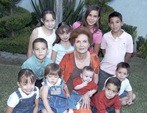 Esperanza López Figueroa con sus nietos en el Día del Abuelo.