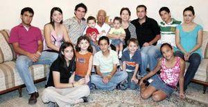 Jorge Emilio Máynez y Martha Leal de Máynez, en compañía de sus nietos.