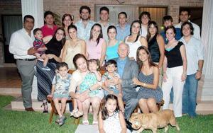 Señores Tomás López y Sendy Gutiérrez de López con sus nietos y bisnietos, en una foto con motivo del Día del Abuelo.