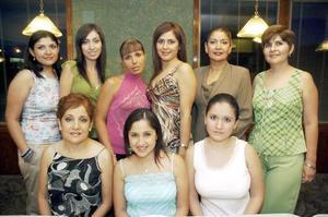 Tahnee Portugal Ríos, acompañada de un grupo de amigas en su despedida de soltera.