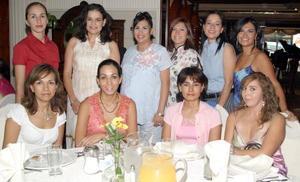 <b>28 de agosto 2005</b><p> Vanessa Soto de Román, acompañada por algunas de las asistentes a la fiesta de canastilla que le prepararon en honor de la bebé que espera.