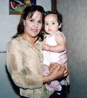 Cecilia Riveroll con su hijita Paulina Riveroll, en agradable convivio.