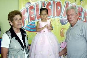 Dana Cristina Ramírez Almeda, en la fiesta que le organizaron por su tercer cumpleaños, acompañada por sus abuelos, los señores Hugo Almeda y Cresencia Pérez.