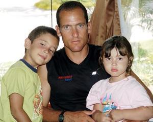 Alexander, Alessandro y Adriana Tabares.