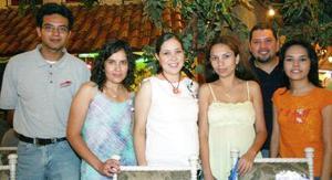 Alma Rosa Bernadac Garciano en compañía de amigos en la fiesta de canastilla que le fue organizada.