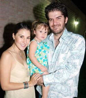 Any Godina de Mexsen y Omar Mexsen con su hija Emilia Mexsen.