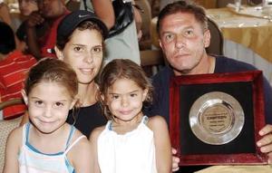 Olga Ortiz de Díaz Flores y Ernesto Díaz Flores Veyán, con sus hijas Mariana y Ana Paula Díaz Flores.