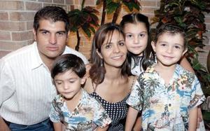 Pepe Campillo y Any Mexsen de Campillo con sus hijos Ana Isabel, José Miguel y Víctor Andrés.