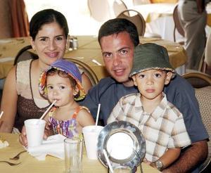 <b>30 de agosto 2005</b><p> Sergio y Lorena Sada con sus hijitos Valeria y Sergio.