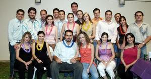 <b>30 de agosto 2005</b><p> Nelly Fernández y Mario Villarreal en compañía de amigos y familiares el día de su despedida de solteros.