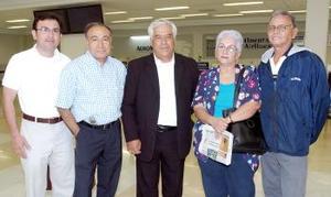 El obispo Romo, viajó a Roma y fue despedido por Raúl Lares, Carlos Castillo, Gloria y Sergio Sandoval.