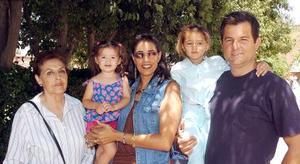 Ofelia Aguirre, Martha de Llama, José Llama y las niñas Marthita y Mary Jose Llama.