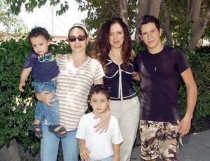 <b>31 de agosto 2005</b><p> Alejandra Sánchez de Zarzar con sus hijos José Luciano y Nicolás, Yanira y Jorge Zarzar.