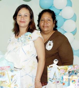 Beatriz Guadalupe González de Ramírez en compañía de su mamá, Celia Cervantes.
