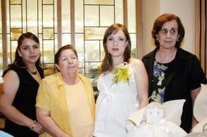 Liliana González de Alday, en compañía de algunas invitadas a su fiesta de regalos.