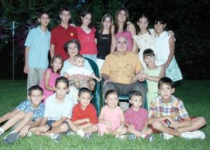Diego Jiménez García y Ana María Berumen de García acompañados de sus nietos, en una foto con motivo del Día del Abuelo.
