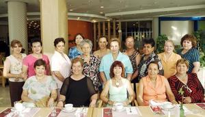 Raquel Ivonne Ríos de Acevedo en compañía de un grupo de amigas, en el festejo de su cumpleaños.