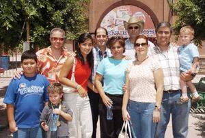 <b>31 de agosto 2005</b><p> Roberto, Ana Cristina, Luis Fernando, Ricardo, Karla, y otros amigos en la charreada.