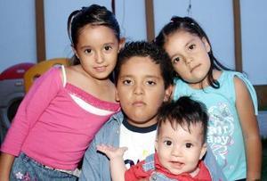 Olivia Muñoz Soto en compañía de sus hermanos Jaime, Bárbara y Jaime Alejandro.