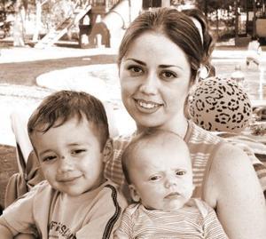 <b>31 de agosto 2005</b><p> Jaqueline Michel junto a los pequeños Beto y Mateo Molina, en reciente festejo.