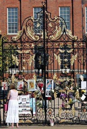 """Ramos de flores, mensajes a la """"princesa del pueblo"""" y fotografías se amontonan ya en la verja de hierro dorado y negro de la que fuera residencia oficial de Lady Di en Londres."""