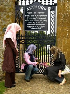 Miles de seguidores de la princesa Diana se concentraron frente a las puertas del palacio de Kensington, como cada 31 de agosto, para conmemorar el octavo aniversario de su fallecimiento en un accidente de tráfico en París.