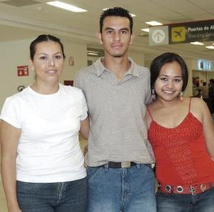 Guadalupe Orona, Aarón y  Miriam Martínez vivjaron a Los Ángeles.