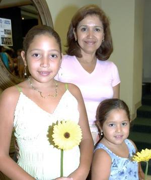 Laura de Leal, con sus hijas Laura y Alejandra.