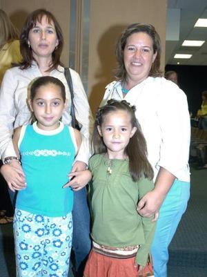 Mónica Iduñate de Bitar con su hija, Katia y Martha  Treviño de Ferriño  con su pequeña Alexa.