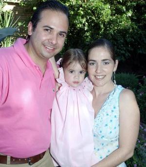 <b>02 de septiembre 2005</b><p> Sofía junto a sus papás, Eduardo Carmona González y Marcela Pineda de Carmona.