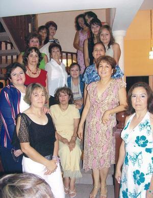 Coco Hernández de Martínez, acompañada de sus amigas Rosy, Chela, Esther, Coco, Karla, Enyil, Dulce, Mary, Elva, Élida y Marucha.