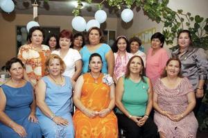 <b>02 de septiembre 2005</b><p> Rosa Margarita Avelar de Fernández, acompañada por algunas asistentes a su fiesta de regalos.