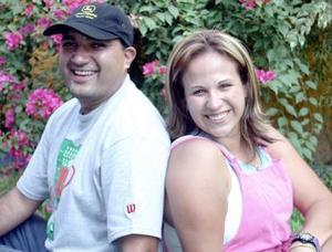 <b>02 de septiembre 2005</b><p> Mario Martínez y Gabriela Saavedra de Martínez, en pasado festejo social.