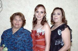 Anel Sáenz junto a las señoras Rosita de Maury y Charo Méndez.