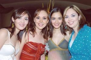La futura novia acompañada de sus hermanas, Silvia, Rosario y Norma Sáenz Méndez.