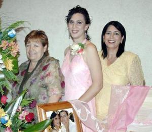 Ana Isabel Urbina junto a la señora Soledad Ramírez de Ochoa y Ana María Amador de Uerbina.