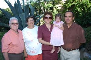 <b>02 de septiembre 2005</b><p> Javier y Lupita Carmona, Salvador y Marcela Pruneda, abuelitos de la pequeña Sofía.