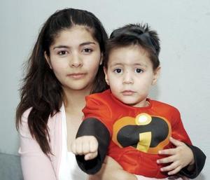 Agustín David Islas Arreola en compañía de su mamá, Martha Cecila Arreola Hernández, en la fiesta infantil que le organizó.